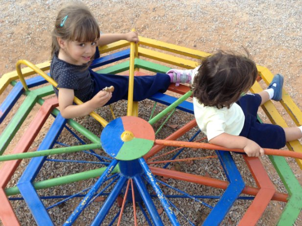 Jugando rueda parque